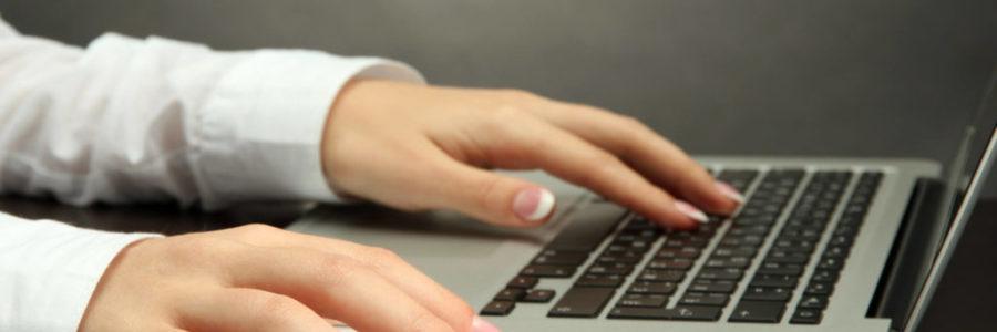 Favicon für deine Website - Damenhände am Laptop
